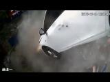 В Китае автомобиль пробил стену и вылетел со второго этажа парковки