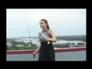 Красивая русская девушка изящно исполняет боевой танец с двумя шашками