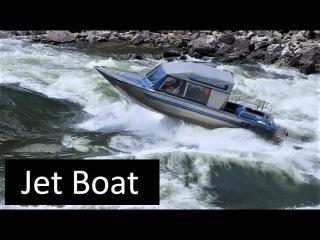Моторные лодки преодолевают бурное течение горной реки