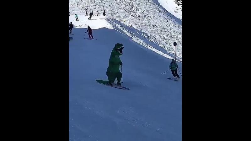 Динозавр на сочинской горнолыжке.