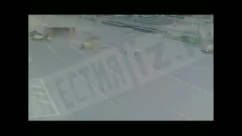 ДТП с грузовиком на Рязанском проспекте в Москве.Обратите внимание на то,как буднично поехали по своим делам другие машины. Росс