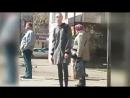 Девушка коротает время в ожидании автобуса...