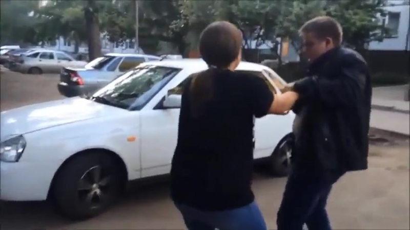 Жена избивает мужа за измену