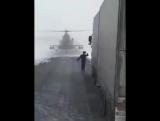Вертолет сел на дорогу чтобы спросить у дальнобойщиков (Казахстан)