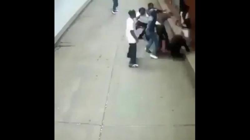 Paar wird in der U-Bahn von einer Horde Afrikaner überfallen!