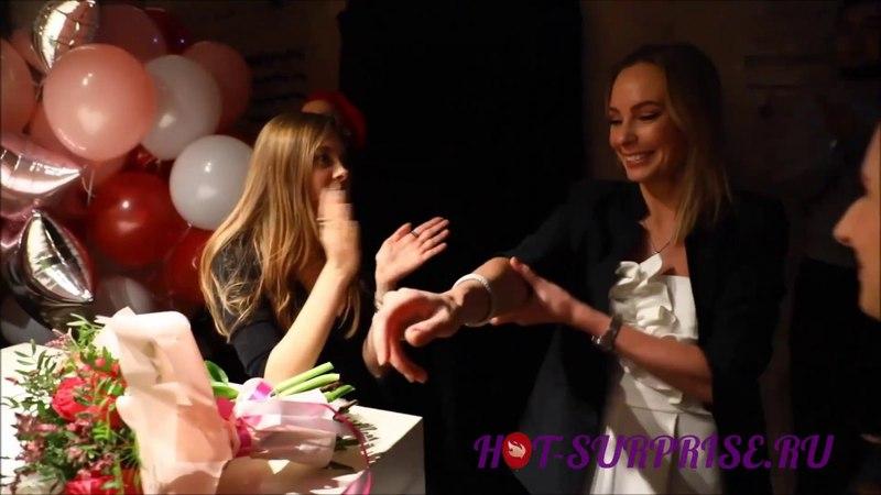 Розыгрыш именинницы в баре - настоящий хор и сюрприз-вечеринка с друзьями (Hot-Surprise.ru)