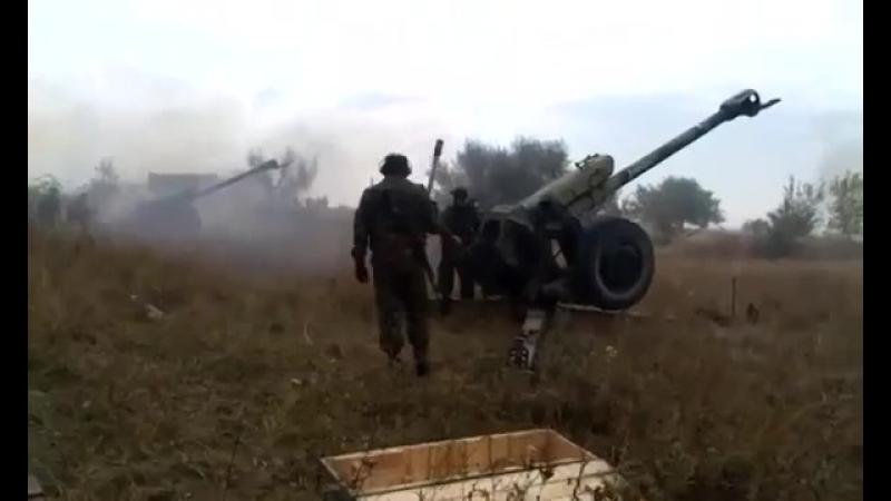Ополченцы ведут огонь из Града и Д-30 по ВСУ.mp4