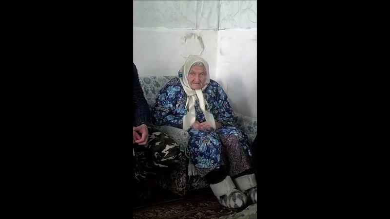 Киселівська поетеса-довгожителька декламує свого вірша про російсько-українську війну