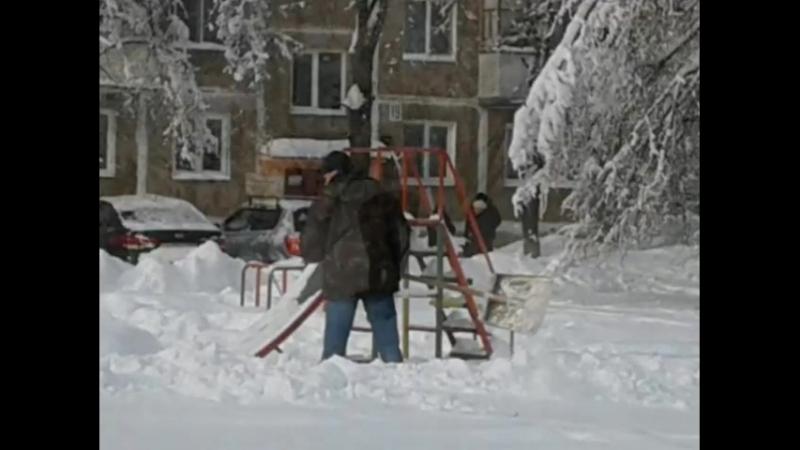 Ребята из клуба Ровесник проводят уборку снега с детской площадки. они считают это началом своей волонтёрской деятельности..