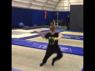 Занятие акробатикой в батутом центре