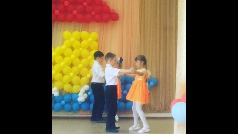 Доченька и сынок танцуют