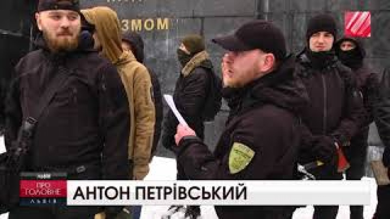 Активісти кувалдами потрощили радянський Монумент Слави