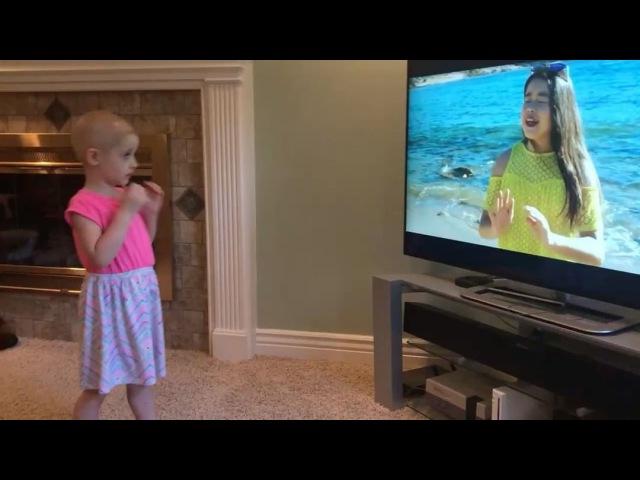 Анника веселится под клип в ее честь