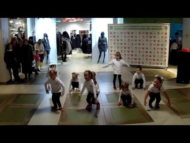 Детская хореография - выступление младшей группы школы танцев