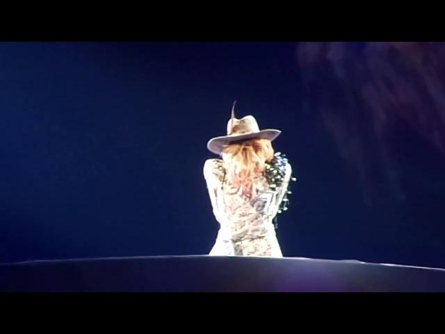 Angel Down на шоу «Joanne World Tour» в Кливленде 23 августа