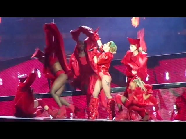 Bloody Mary на шоу «Joanne World Tour» в Кливленде 23 августа