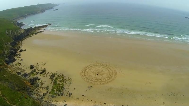 Mandala Effet Mer WE ARE OCEAN sur la plage de la Baie des Trépassés (Beach Sand