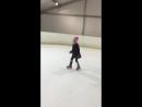 Маша бежит на коньках, как в кроссовках по асфальту, третий раз в жизни на льду