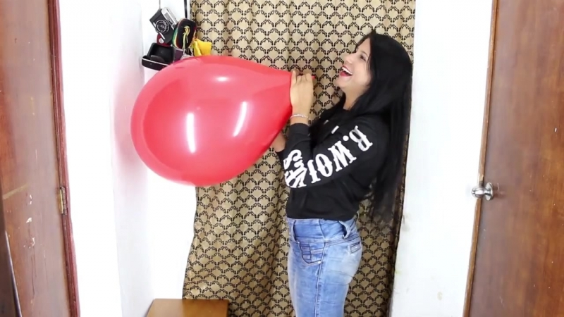 Лолита лопает шарики