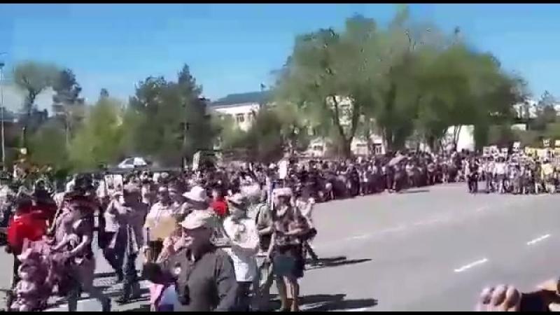Это бессмертный полк в городе Капчагай ( Казахстан )в городе где я родилась,и где живут все мои родные.🎗🕯🎆💐🎊🎉🎇