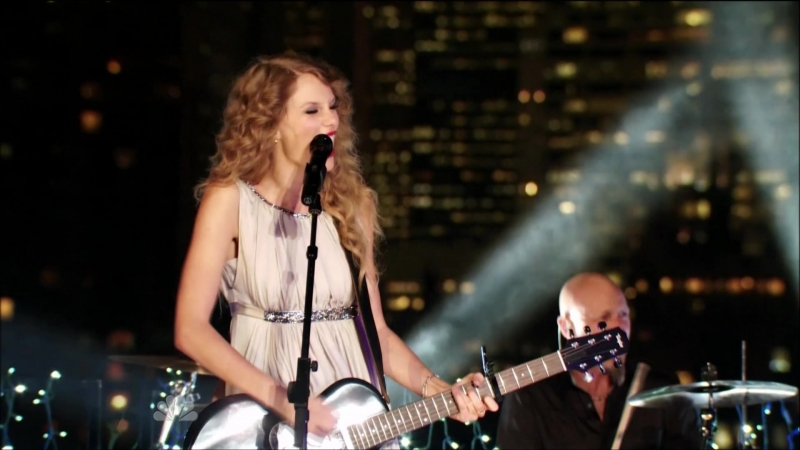 Taylor Swift - Sparks Fly (Live at Spin Magazine's Rooftop, New York, NBC Thanksgiving Special 2010)