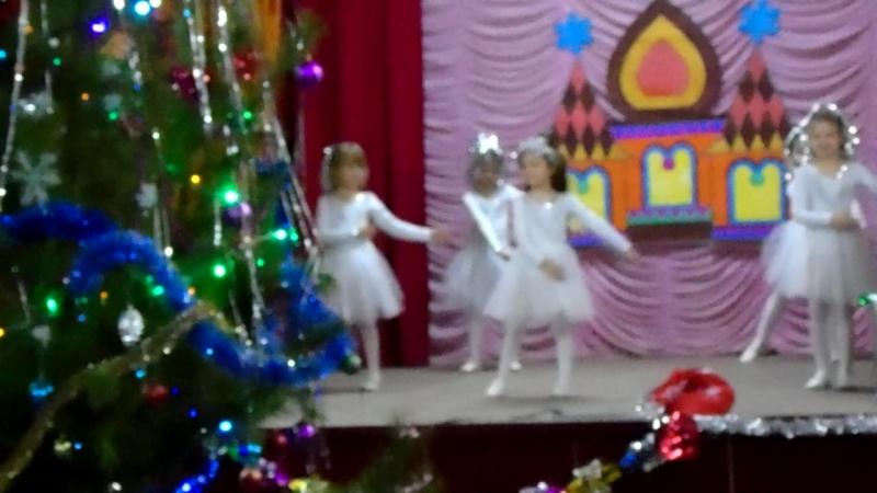 Танцевальный колектив Кендис младшая группа - танец снежинок.