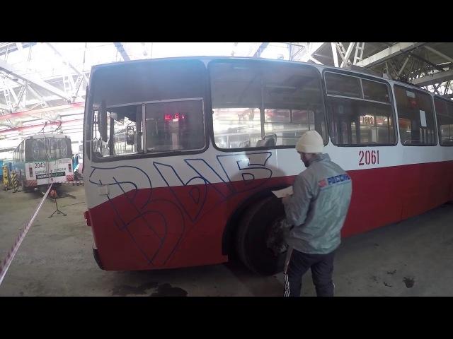 Активисты ОНФ нанесли на ижевский троллейбус патриотические граффити