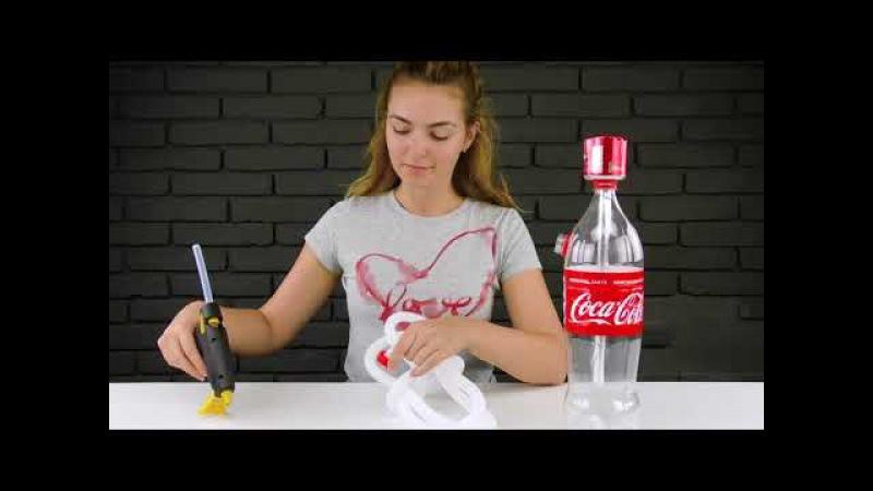 Красивая девушка показывает, как сделать кальян из бутылки Coca Cola