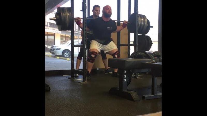 Деннис Корнелиус, приседания 375 кг на 5 раз