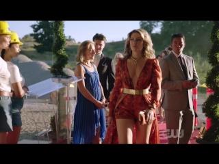 › Эффектное появление Элис Купер на вечеринке семьи Лодж 2×05 «Когда звонит незнакомец»