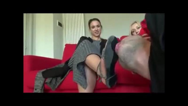 Заставили раба вылизать туфли femdom slave licking footfetish dirtyfeet heels footjob mistress