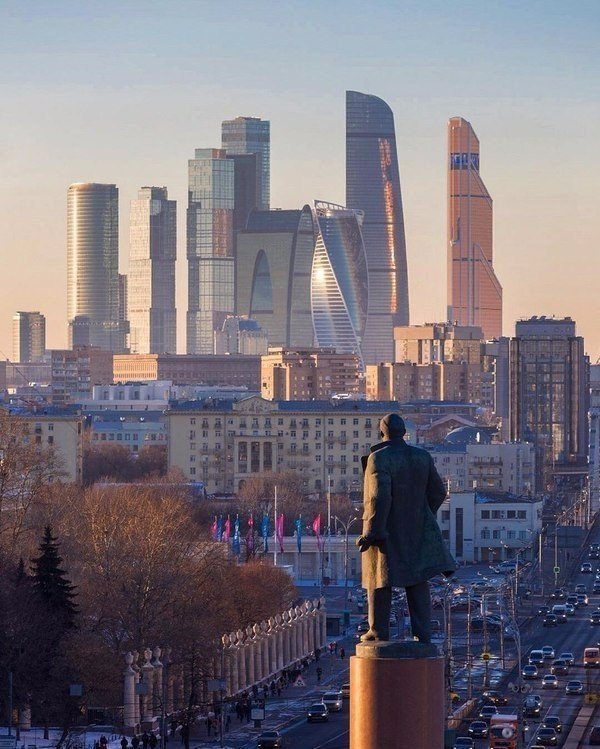 (Взгляд Ленина на Москву-Сити)