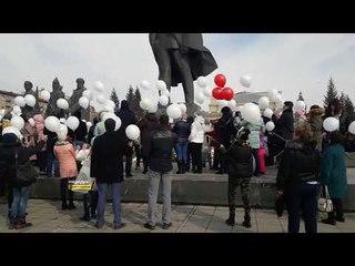 Новосибирцы выпустили в небо воздушные шары в память о погибших кемеровчанах