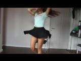 Красивая девочка танцует.