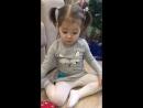 Анечка открывает подарок