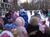 Дети встречают Деда Мороза у Главной сцены.