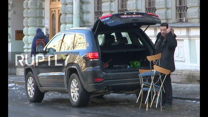 С шутками-прибаутками, американское консульство покидает Санкт-Петербург.