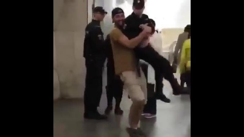 Мужчина поднял полицейского на руки на станции метро Сухаревская