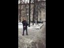 Чистят снег с крыши и всё падает на людей