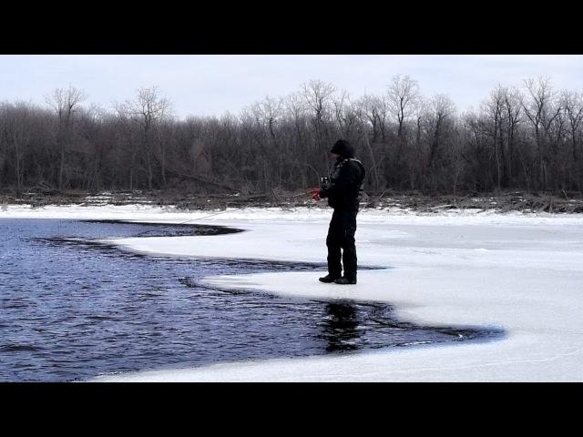 Самоубийца на льду со спиннингом!