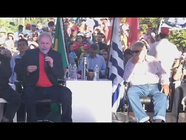Os ex presidentes do Brasil e do Uruguai fazem discursos na divisa dos dois países