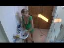 24-Жена в туалете наводит порядок