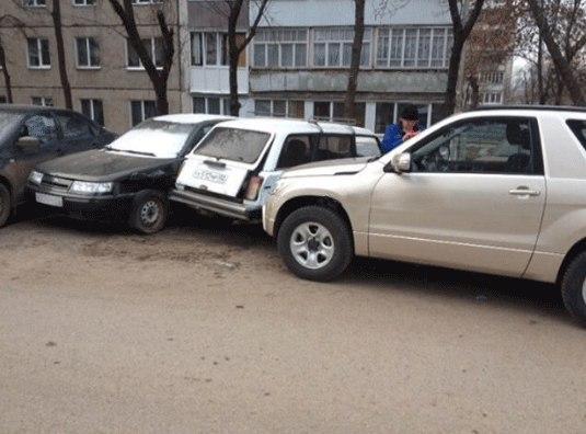 Автоледи перепутала педали ипротаранила 4 автомобиля вУфе
