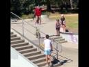 Hucker BMX проехал скейт-парк ногами на руле