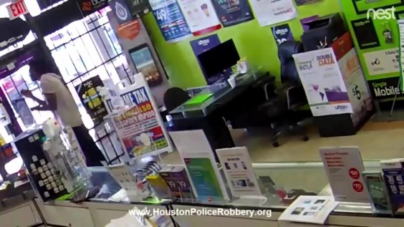 Негроид так увлекся ограблением магазинчика, что его там закрыли!
