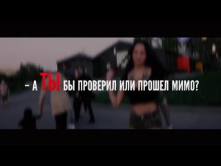 Реакция на людей на проходящую девушку, в мини-шортах. mini shorts girl in moscow park