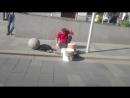 9 мая Москва Парень играет на посуде