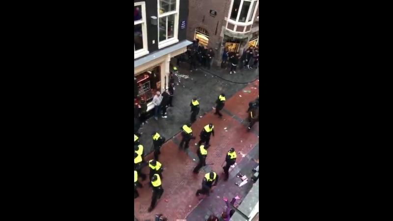 В Амстердаме полиция применила силу к английским фанатам