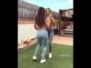 Две школьницы в обтягивающих джинсах танцуют и вертят попами