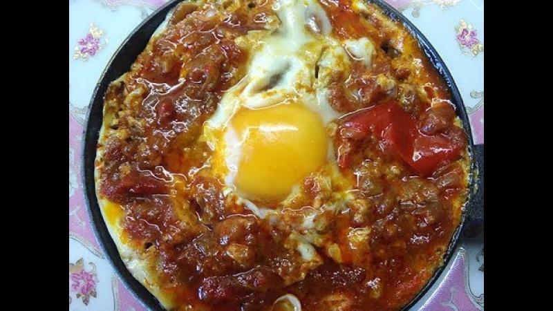 Шакшука яичница глазунья в остром и пряном томатном соусе